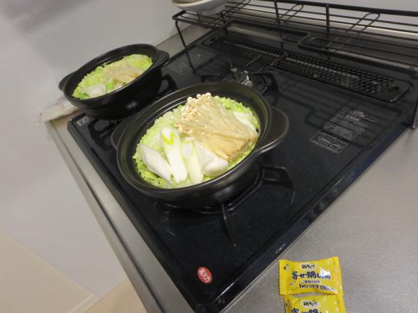 野菜を土鍋に入れる