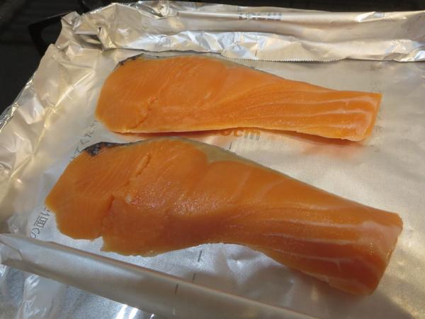 鮭をオーブントースターのトレイに並べる