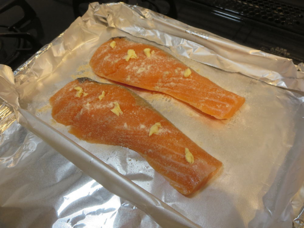鮭に塩コショウ、バター、小麦粉