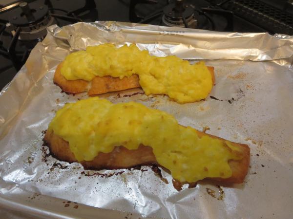 マヨたまをのせたらオーブントースターで焼く