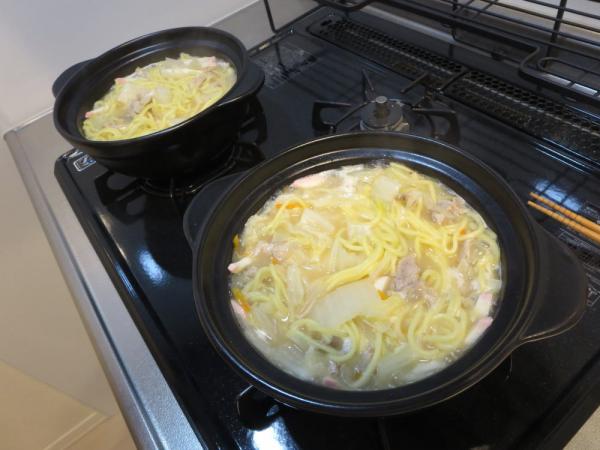 土鍋で野菜と豚肉を煮てスープと麺を入れて煮る