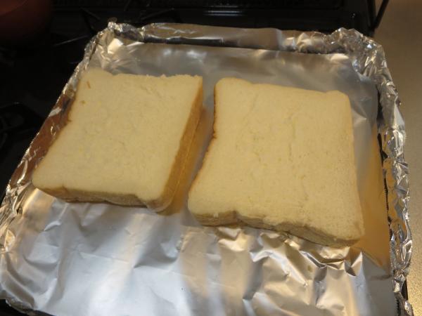 食パンをオーブントレイに並べる