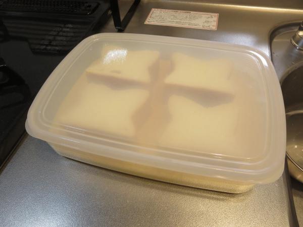 食パンをたまごと牛乳に漬け込む