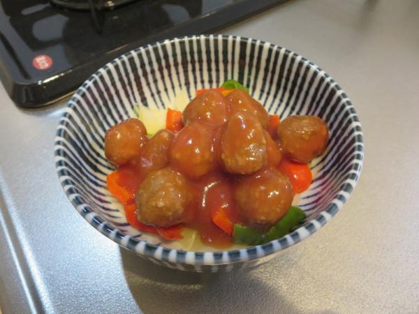 加熱した野菜の上にミートボールをのせて電子レンジで加熱
