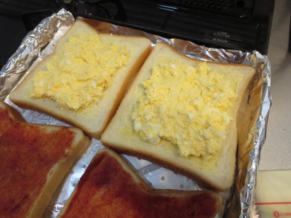 食パンにたまごをつぶしたやつ