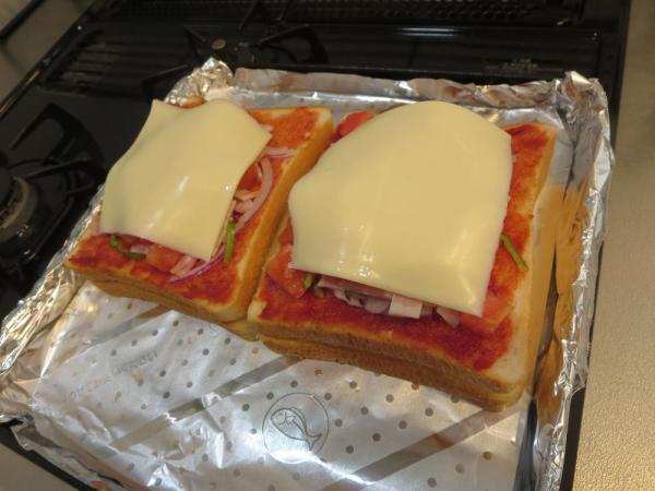 食パンを重ねて具材をのせ、チーズ