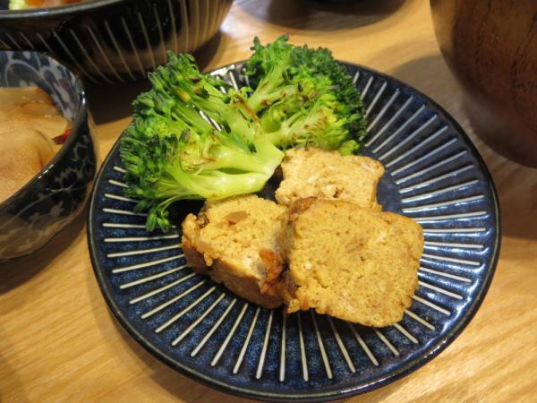 竹の子ペースト入りたまご焼き、焼ブロッコリー添え