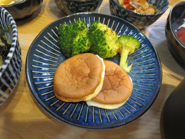 ツナマヨ風味サンドはんぺん、焼ブロッコリー添え