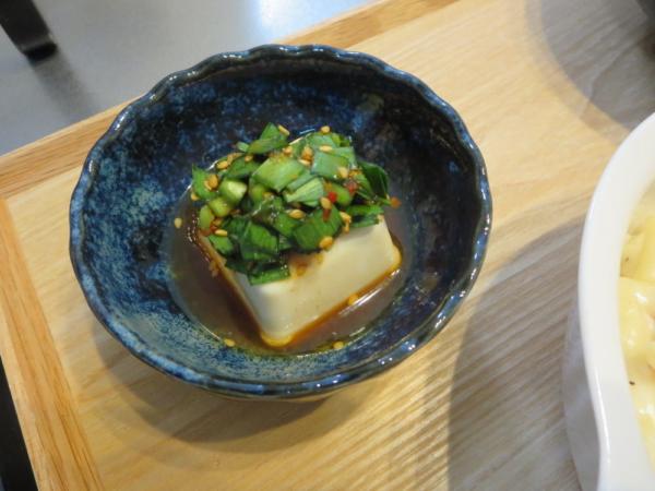豆腐のニラ漬けのせ