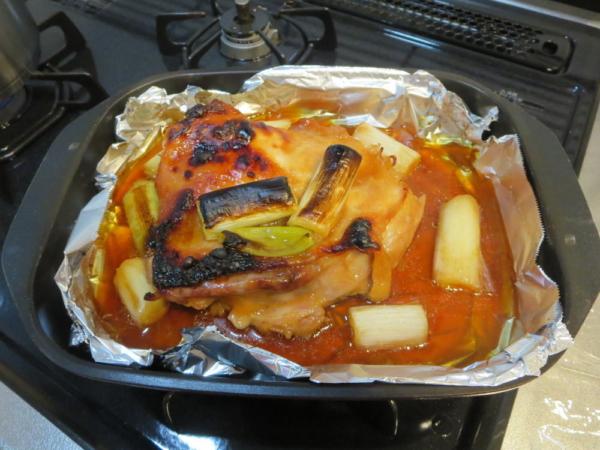 漬け込んだ鶏もも肉と、長ネギを魚焼きグリルで焼く