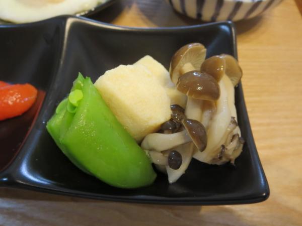 高野豆腐の含め煮、しめじの白だし煮とスナップエンドウ添え