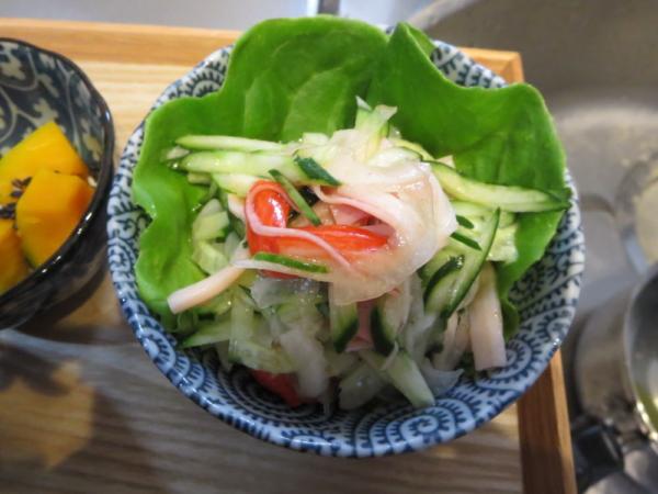 きゅうりとカニカマと玉ねぎのサラダ