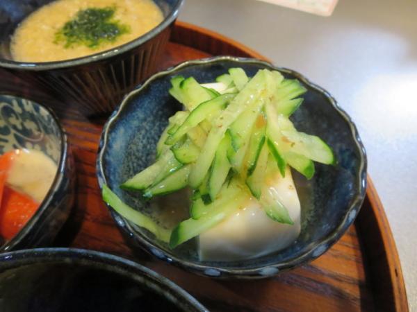 豆腐の梅きゅうりのせ