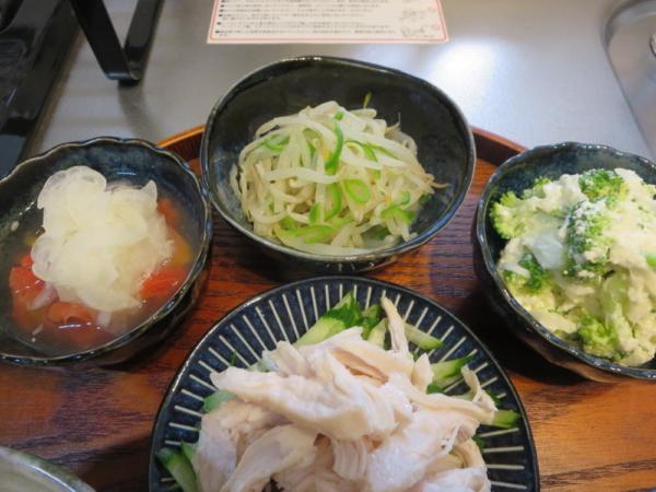 ブロッコリーとカッテージチーズのサラダ、もやしとピーマンの中華風、トマトの酢玉ねぎのせ