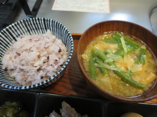ごはん(黒米入り)、味噌汁