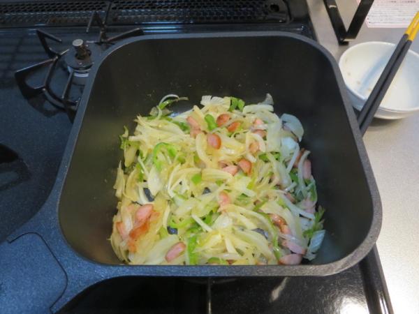 野菜とウインナーを炒める