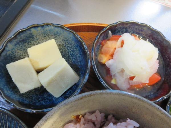高野豆腐、トマトの酢玉ねぎのせ