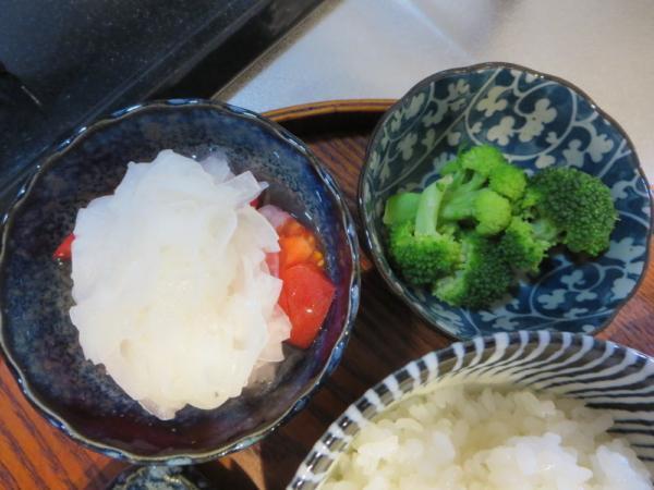 トマトの酢玉ねぎのせ、ブロッコリー
