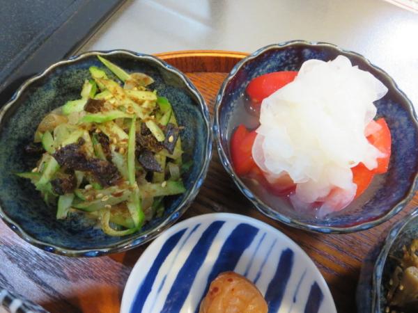 きゅうりと玉ねぎのおかか昆布和え、トマトの酢玉ねぎのせ