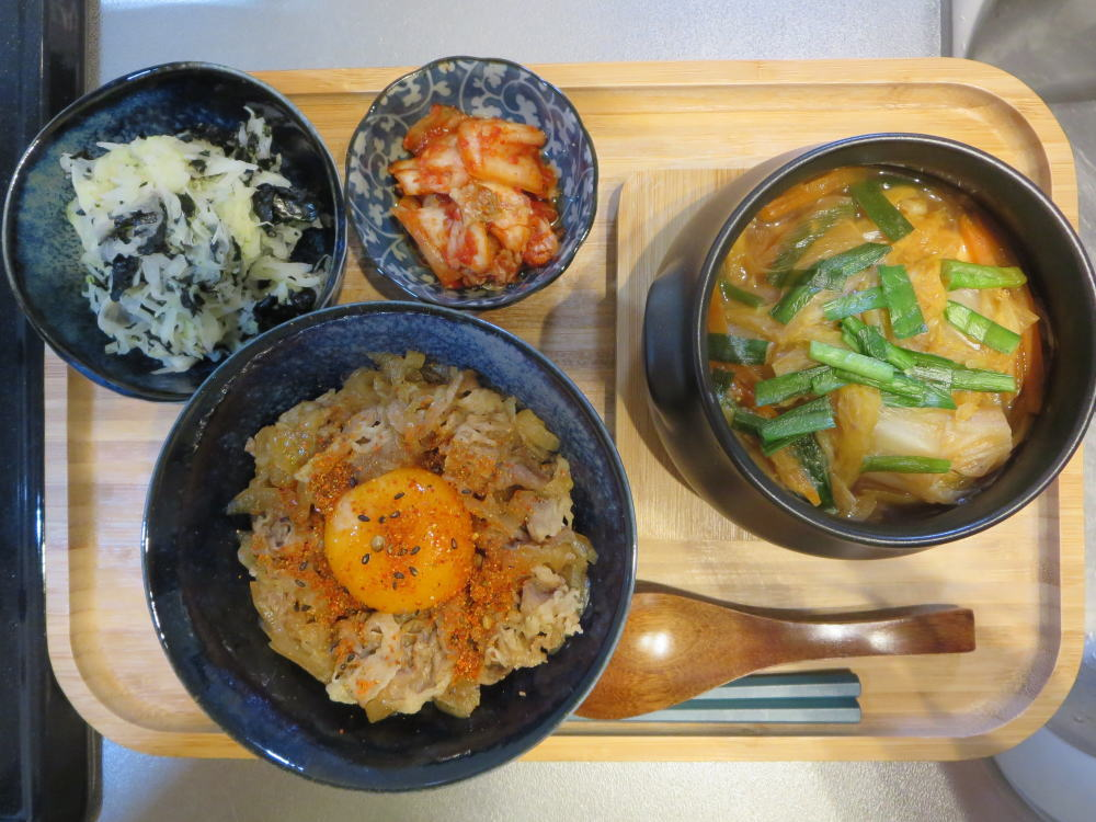 牛丼とミニ鍋の献立