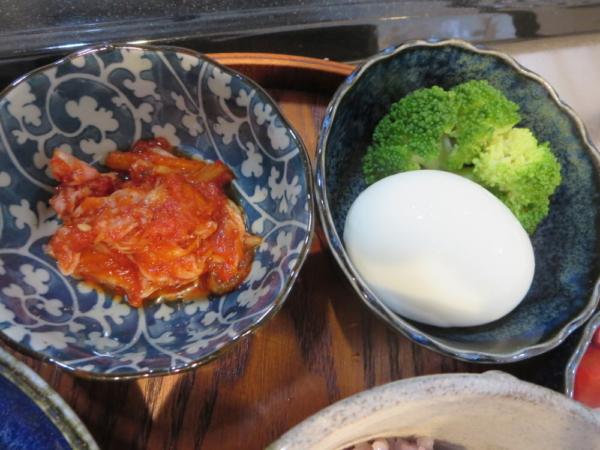 キムチ、ゆでたまごとブロッコリー