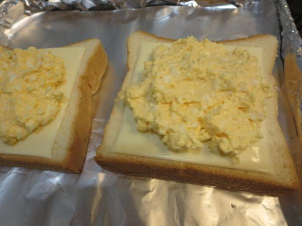 食パンの上にチーズ、マヨたま