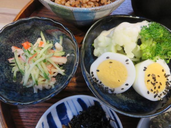 カニカマときゅうりの和え物、ゆでたまごと温野菜